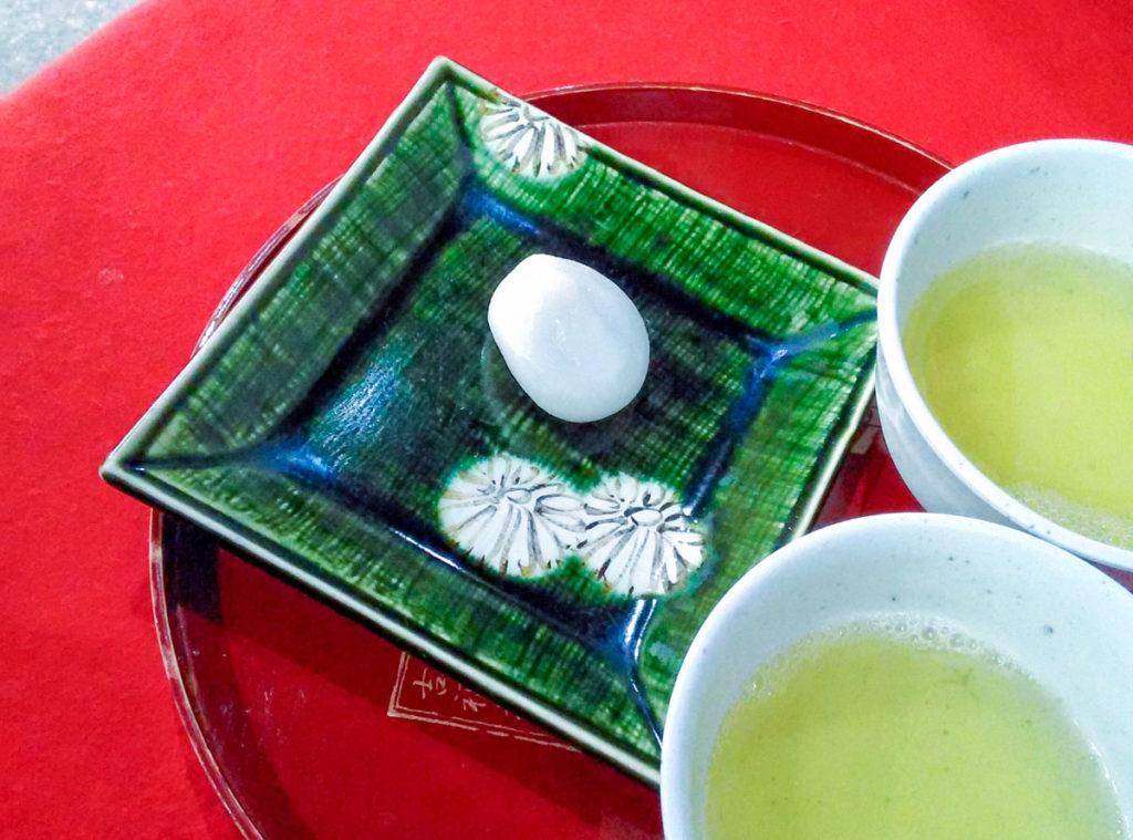 本家西尾八ッ橋本店でいただいたお団子と緑茶