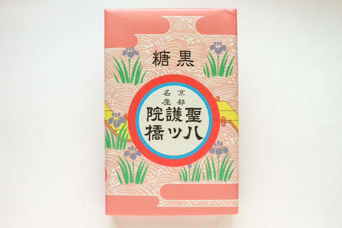 聖護院八ッ橋総本店 「黒糖八ッ橋」は軽快な食感と濃厚なコクが楽しめる