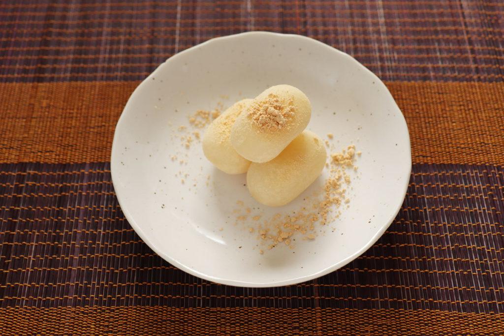 白餅にきな粉をかける