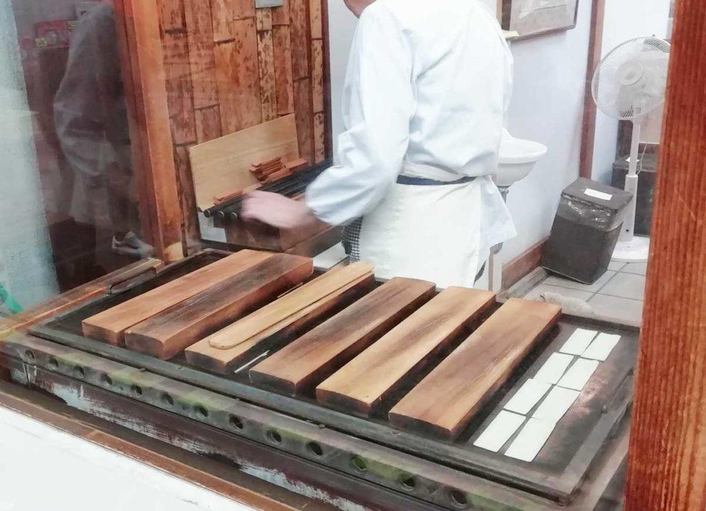 西尾為忠商店の八ッ橋