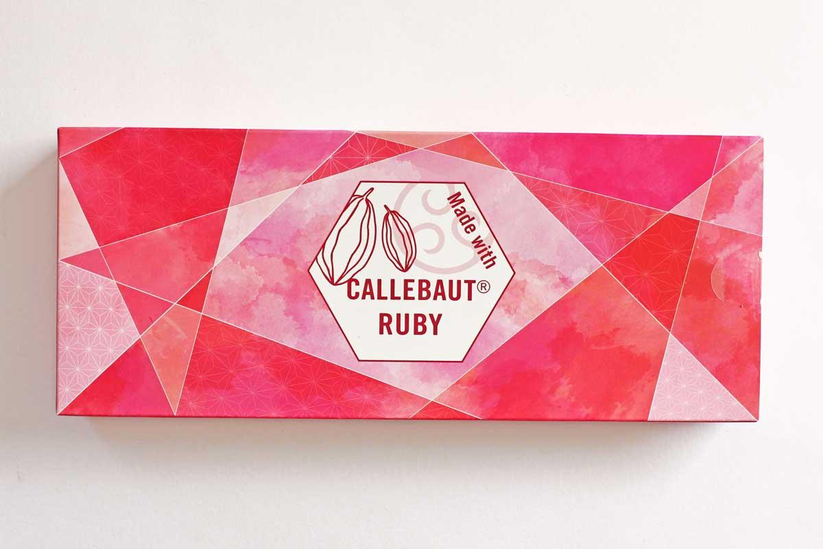 ピンクのルビーショコラを使った「ルビーショコラのおたべ 」甘酸っぱいベリーがおいしい生八つ橋だよ